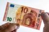 Банк Европы ввел в обращение новую купюру в 10 евро с кириллицей