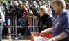 Беженцы, проживающие в греческих центрах, выбрасывают бесплатную еду на помойку